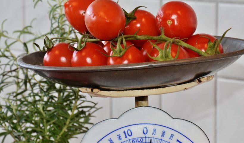 kuechenmaschine-mit-waage-tomaten
